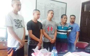 Lima tersangka kasus pencurian sarang burung walet saat berada di Kejaksaan Negeri Kotawaringin Timur, Kamis (30/11/2017).