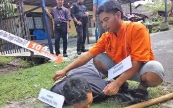 Supian Suri alias Usuf ketik memperagakan aksinya dalam menghabisi korban Arbainah, Kamis (30/11/2017).
