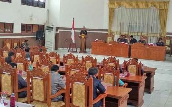 Bupati Gunung Mas Arton S Dohong menyampaikan jawaban pemerintah terhadap pandangan umum fraksi-fraksi DPRD pada Rapat Paripurna, Kamis (30/11/2017).