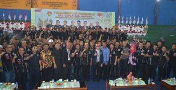 Bupati Kapuas Ben Brahim S Bahat berfoto bersama dengan jajaran pengurus Gerakan Pemuda Asli Kalimantan (Gepak) di Gedung Olah Raga (GOR) Panunjung Tarung, Kuala Kapuas, Kamis (30/11/2017).