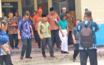 Gubernur Sugianto sesaat keluar dari Perpustakaan SMAN 3 di Jalan G Obos Palangka Raya, Kamis (30/11/2017)