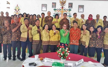 Ketua APSI Kabupaten Gumas Apristini Arton S Dohong (tengah) foto bersama pengurus APSI dan peserta sosialisasi, Kamis (30/11/2017)