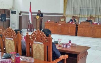 Bupati Gumas Arton S Dohong menyampaikan jawaban pemerintah terhadap pandangan umum fraksi saat rapat paripurna DPRD, Kamis (30/11/2017)