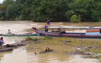 Warga beserta anggota BPBD dan pihak kecamatan saat melakukan pencarian korban tenggelam di Desa Sabuh, Kamis (30/11/2017)