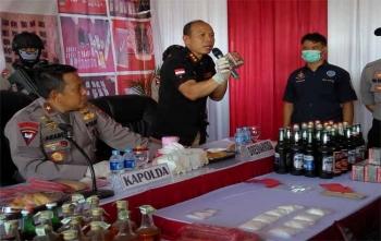 Dirresnarkoba Polda Kalteng Kombes Agustinus Suprianto (kiri) disaksikan Kapolda Brigadir Jenderal Anang Revandoko menjelaskan kepada wartawan terkait obat kuat yang telah kedaluwarsa