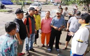 Lurah Bukit Tunggal, Heri Fauzi (kanan) melakukan rembuk dengan warga.