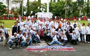 Bupati Kotim, H Supian Hadi (baju merah) bersama wartawan saat pelepasan peserta Kemah Jurnalis se-Kalimantan Tengah.