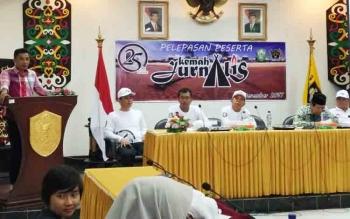 Bupati Kotim Supian Hadi saat menyampaikan sambutan di hadapan puluhan wartawan, saat pelepasan peserta Kemah Jurnalistik Se-Kalteng di Pantai Ujung Pandaran, Jumat (1/12/2017).