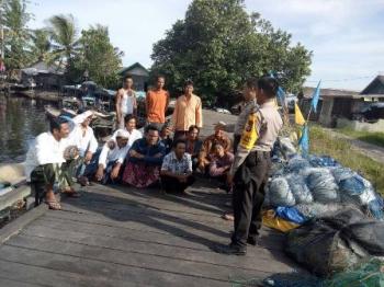 Anggota Polsek Jaya Karya saat menyosialisasikan larangan melaut kepada nelayan Ujung Pandaran, usai salat Jumat,\\r\\n (1/12/2017).