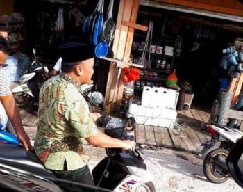 Gubernur Kalteng Sugianto Sabran naik motor saat menyambangi warga Kelurahan Pahandut Seberang, Kota Palangka Raya, Jumat (1/12/2017) pagi.
