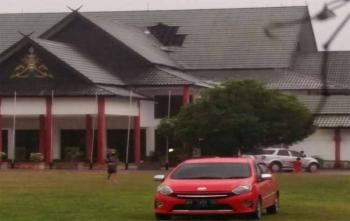 Atap kantor DPRD Kota Palangka Raya jebol diterjang angin saat hujan deras, Kamis (30/11/2017)