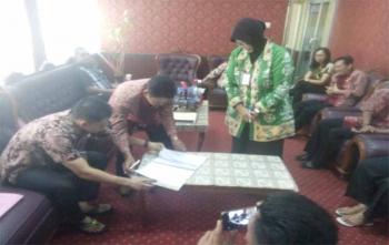 Sekretaris DPRD Kota Palangka Raya, Sitti Masmah menyaksikan serah terima jabatan dari Walster yang pensiun kepada ASN lainnya