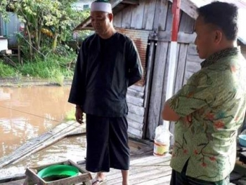Gubernur Kalteng Sugianto Sabran berbincang dengan petani keramba di Kelurahan Pahandut Seberang, Kota Palangka Raya, Jumat (1/12/2017) pagi.