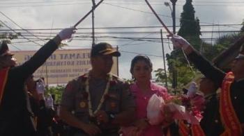 Kapolres Baru Kotawaringin Barat (Kobar) AKBP Arie Sandy Zulkarnain Sirait disambut dengan tradisi pedang pora di Mapolres Kobar, Sabtu (2/12/2017)