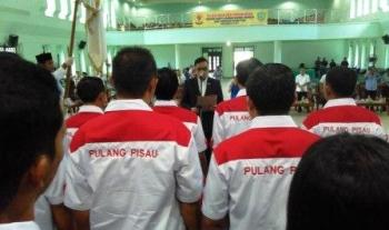 Ketua Umum KONI Provinsi Kalimantan Tengah Aries M. Narang saat mengukuhkan melantik ketua dan jajaran pengurus KONI Kabupaten Kapuas di Gedung Pertemuan Umum (GPU) Handep Hapakat, Sabtu (2/12/2017).