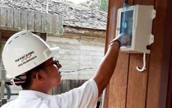Petugas PLN Sukamara saat mengaktifkan saluran baru di Kecamatan Permata Kecubung