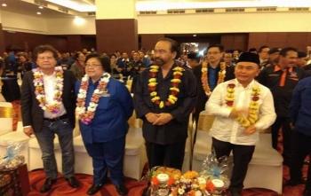 Gubernur Kalimantan Tengah, Sugianto Sabran (kanan) dan Ketua Umum Parta Nasdem Surya Paloh (dua dari kanan) sesaat setelah tiba di Hotel Aquarius, Palangka Raya, Sabtu (2/12/2017) siang ini