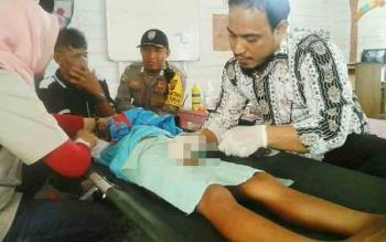 Seorang anak sedang disunat oleh tenaga medis di Kelurahan Tumbang Rungan, Kota Palangka Raya