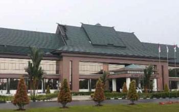 Sebagian atap Kantor Bupati Katingan terlepas akibat tiupan angin kencang, Sabtu (2/12/2017).