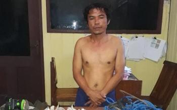 Tersangka pencurian sarang walet yang ditangkap petugas Polsek Jaya Karya.