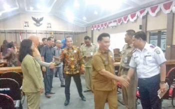 Ketua Badan Pembuatan Perda (Bapemperda) Dadang H Syamsu bersalaman seusai rapat paripurna tanggapan DPRD atas Perda KTR.