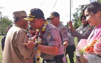 Bupati Sukamara Ahmad Dirman saat menyambut kedatangan Kapolres Sukamara AKBP Andiyatna.