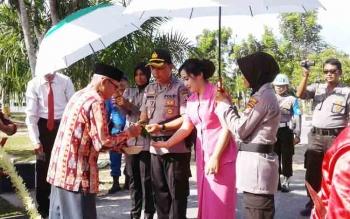 Kapolres Sukamara AKBP Adiyatna saat prosesi adat potong pantan.