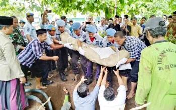 Jenazah Agus Purwanto saat dimakankan di Kudus, Jawa Tengah, Senin (4/12/2017)