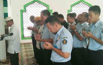 Sejumlah pegawai Kantor Wilayah Kementerian Hukum dan HAM Kalteng menggelar salat ghaib untuk almarhum pimpinan mereka yang telah meninggal dunia, Agus Purwanto.