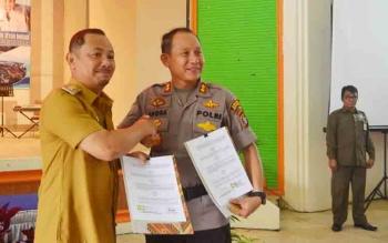 Bupati Barsel Edi Raya Samsuri dan Kapolres AKBP Yussak Angga usai menandatangagi MoU, Senin (4/12/2017).