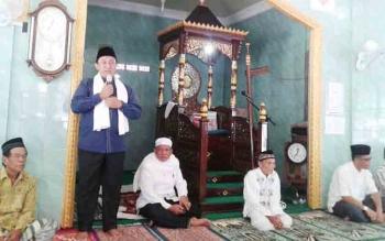 Bupati Pulang Pisau Edy Pratowo saat menghadiri peringatan Maulid Nabi Muhammad di Desa Mintin belum lama ini.