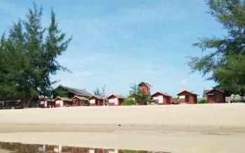 Salah satu titik Pantai Ujung Pandaran yang cukup indah dengan dilengkapi vila dan juga penginapan.