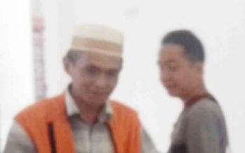 Achmad Saufi (rompi orange) terdakwa kasus sabu.