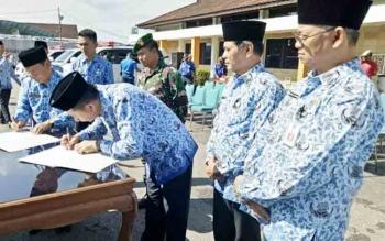 Bupati Barito Utara, Nadalsyah dan Sekda Jainal Abidin menandatangani kesepakatan bersama pemerintah daerah