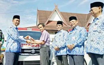 Bupati Barito Utara, H Nadalsyah menyerahkan mobil ambulance kepada salah satu ketua RT di Kelurahan Lanjas, Senin (4/12/2017)
