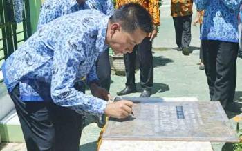 Bupati Barito Utara, Nadalsyah menandatangani prasasti peresmian sanitasi dan kantin sehat SDN 5 Melayu Muara Teweh, Senin (4/12/2017)