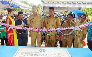 Bupati Kapuas Ben Brahim S Bahat secara simbolis dengan penguntingan pita dan penandatanganan prasasti halaman Kantor Desa Saka Tamiang Kecamatan Kapuas Barat, Senin (4/12/2017).