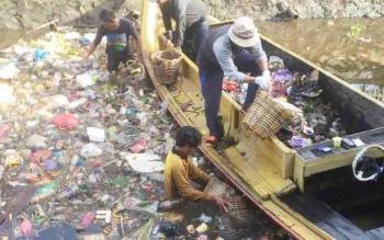 Sejumlah petugas Kecamatan Mentawa Baru Ketapang dan Kelurahan Mentawa Baru Hilir membersihkan sampah di Sungai Taluk Dalam, Senin (4/12/2017)