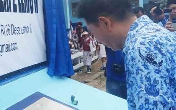 Bupati Barito Utara, Nadalsyah meresmikan gedung SDN 2 Lemo II, Senin (4/12/2017)