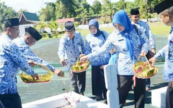 Pengurus Korpri Kabupaten Barito Utara melakukan tabur bunga di salah satu makam pahlawan di TMP Muara Teweh, Senin (4/12/2017)