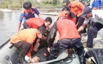 Anggota TRC saat melakukan latihan dalam mengevakuasi korban bencana alam, Senin (4/12/2017)