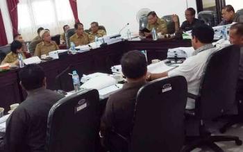 Anggota DPRD Kabupaten Gunung Mas rapat bersama mitra kerja membahas program di APBD 2018, Senin (4/12/2017)
