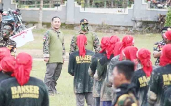Tampak Ketua PC GP Ansor Lamandau, Salman Azzuhri, didampingi Kasatkorcab Banser Lamandau, saifudin Zuhri, saat memantau kegiatan lapangan yang diikuti peserta diklatsar.