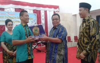 Bupati Sukamara, Ahmad Dirman memberikan cindera mata kepada AKBP Rade M Sinambela