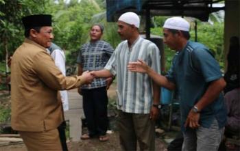 Bupati Pulang Pisau, Edy Pratowo menyalami warga Desa Barunai, Kecamatan Kahayan Kuala, Senin (4/12/2017)