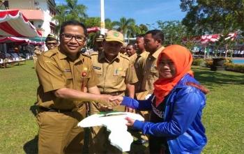 Kepala Dinas PUPR Kalteng Leonar Samuel Ampung memberikan tali asih kepada pengamat pengairan maupun yang purna tugas