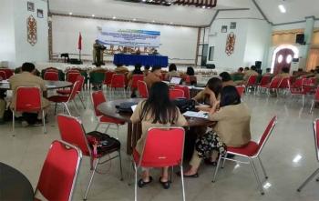 Staf Ahli Bupati Gumas Salampak Haris saat membuka Training OF Trainer (TOT) Bagi Fasilitator Perencanaan dan Penganggaran Responsif Gender (PPRG) di GPU Damang Batu, Kuala Kurun, Selasa (5/12/2017)