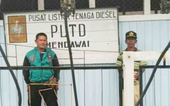 Kepala Desa Makmur Utama bersama Sekdesnya, Slamet Ripai, saat berkunjung ke PLN ULD Mendawai.