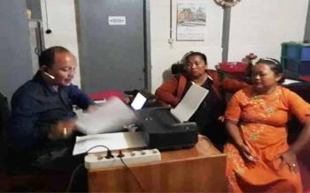 Rukiah saat meminta Mahdianur dan rekan mendampinginya melaporkan kades terpilih Sudarno.