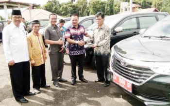 Bupati Marukan didampingi wakil ketua DPRD, Ketua MUI dan Kepala Kemenag, saat menyerahkan bantuan hibah kendaraan operasional kepada perwakilan ormas, Selasa (5/12/2017)